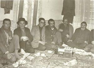 همدان، خانۀ عباس فیضی، از سمت چپ دومین نفر میرزا زینالعابدین فیضی و نفر بعدی عباس فیضی.